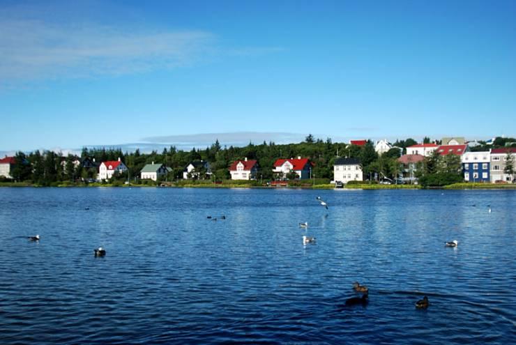 市政厅面向湖水,内由一个冰岛模型,并有庭园.