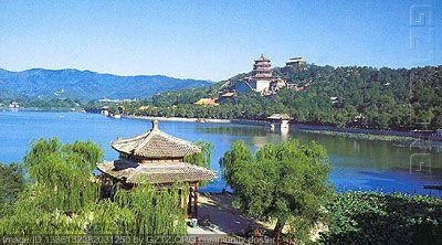 北京颐和园彩虹下的白塔